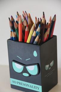 卡通笔筒里的彩色铅笔
