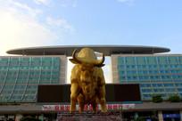 昆明火车站奔牛雕塑