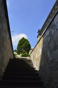 蓝天白云石墙石阶路