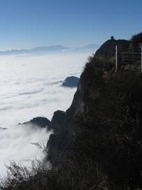 蓝天笼罩下的山崖与云海
