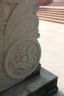青石牌坊基座上的白虎浮雕