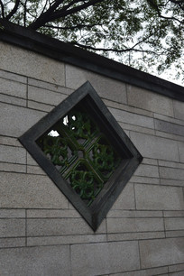 石头墙壁及漏花窗