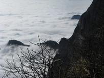 云雾缭绕的峨眉山顶