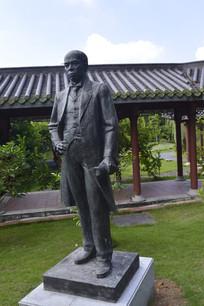 梁启超站立雕像