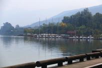 清波荡漾的邛海湖畔