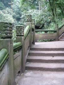 石梯旁石护栏上的龙鳞刻花