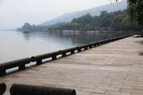 整洁干净的邛海湖畔