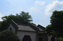 青砖白墙瓦屋