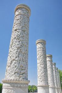 浮雕花卉纹华表立柱群