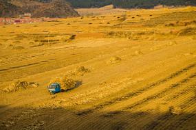 农田中拉秸秆的三轮车