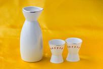 白色的瓷器酒盅和酒杯