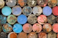 堆叠的彩色油桶
