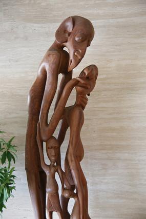 非非洲木雕拥抱的一家人