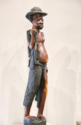 非洲木雕戴帽子的工人