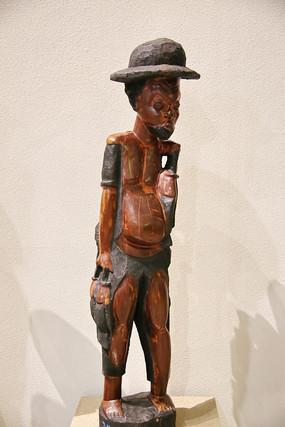 非洲木雕戴帽子的少年