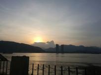 江边夕阳堤坝红日晚霞