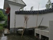 农村院子雨后农具扫把特写