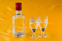 一瓶白酒和两个玻璃酒杯