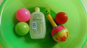 盆子里的儿童洗浴用品和玩具
