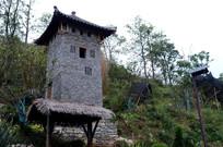 斜坡上的石头小屋