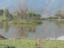 湖上的小岛与远山