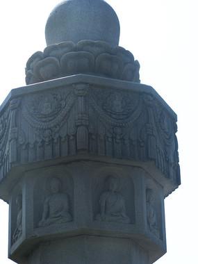 有佛像与莲花浮雕的石柱
