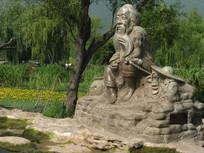 在湖边垂钓的老翁雕塑