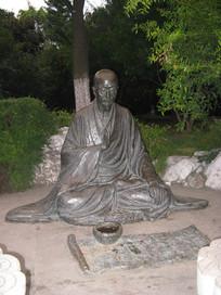 正在念经打坐的高僧雕像