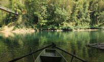 河中的小船