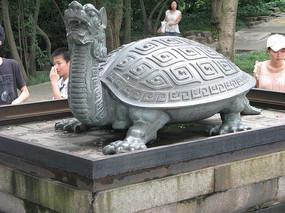 青石台上的玄武雕像