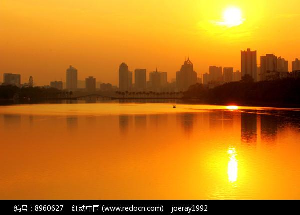 夕阳下的金色湖面图片