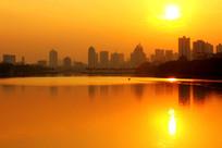 夕阳下的金色湖面