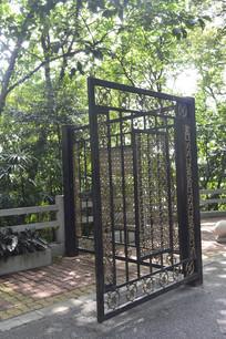 公园镂空雕花铁门