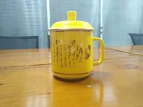 黄色的瓷杯