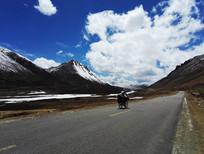 缓缓的骑行在连绵的雪山旁