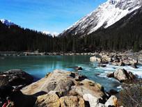 湖边雪山风光