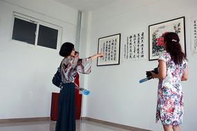 三个女人在品画