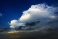 天空风起云涌