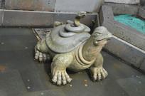 乌龟背上的蛇组合雕塑