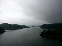 乌云下的湖泊