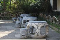 下孙文化村水塘边石头桌椅