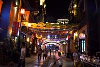 夜幕中的古镇街区
