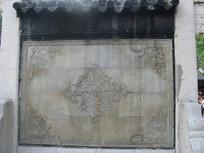 照壁上的古典花卉浮雕