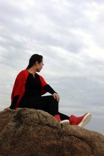 坐在石头上的女人望着远方
