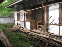 老屋外的木料堆