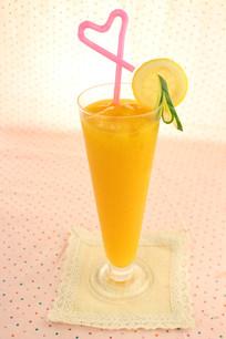 三只橙子汁
