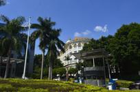 绿树掩映的广州大伯爵酒店