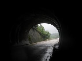 隧道口的光线