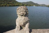 湘湖石狮子与身后碧水