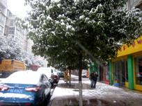 雪中的清镇市街头行人